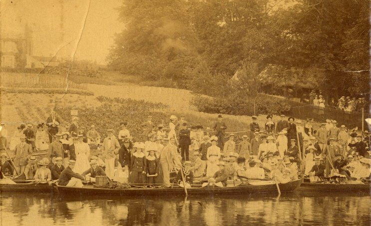 Crowds watching the May Bumps at Ditton Corner 1910