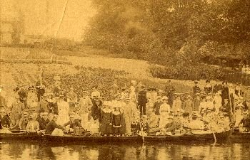 The crowds watch the Bumps at Ditton Corner in 1910